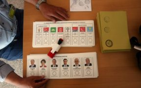 Citizens refusing to take AKP election brochures blacklisted: report 31